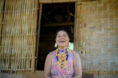 Stående av en äldre kvinna i lantliga Laos Royaltyfri Fotografi