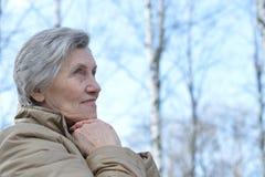 Stående av en äldre kvinna ut för en gå i natur i vår royaltyfri bild