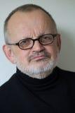 Stående av en äldre man med skägget och exponeringsglas arkivbild