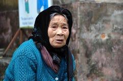 Stående av en äldre vietnamesisk kvinna med en halsduk Royaltyfria Bilder