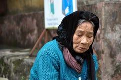 Stående av en äldre vietnamesisk kvinna med en halsduk Royaltyfri Fotografi