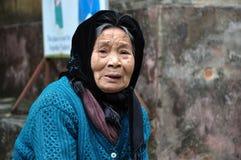 Stående av en äldre vietnamesisk kvinna med en halsduk Fotografering för Bildbyråer
