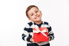 Stående av en älskvärd gullig för innehavgåva för liten unge ask royaltyfria foton