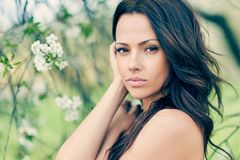 Stående av en älskvärd ung kvinna med perfekt hud Royaltyfria Bilder