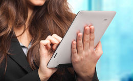 Affärskvinna genom att använda en tablet royaltyfri bild