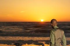 Stående av en afrikansk amerikanman som ser solnedgången arkivbild