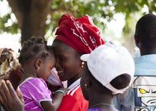 Stående av en afrikansk flicka med hennes barn Arkivfoton