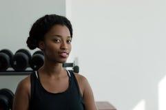 Stående av en afrikansk kvinna i en idrottshall royaltyfri bild