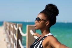 Stående av en afrikansk kvinna på stranden royaltyfria foton