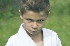 Stående av en allvarlig pojke i en kimono royaltyfri fotografi