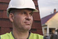 Stående av en arbetare i den vita hjälmen arkivfoto
