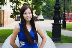 Stående av en attraktiv flicka för tidskrifträkning Arkivfoto