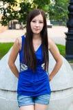 Stående av en attraktiv flicka för tidskrifträkning Arkivbilder