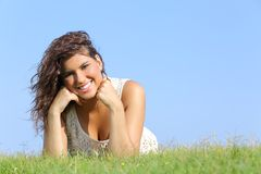 Stående av en attraktiv kvinna som ligger på gräset Royaltyfri Fotografi