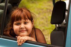 Stående av en attraktiv liten flicka Arkivfoto