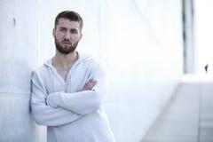Stående av en attraktiv man med skägget royaltyfri fotografi
