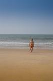 Stående av en attraktiv man på en tropisk strand royaltyfri foto