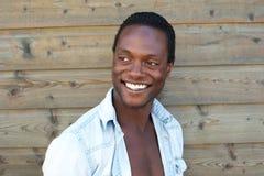 Stående av en attraktiv svart man med lyckligt uttryck arkivbild