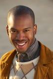 Stående av en attraktiv ung afrikansk amerikanman som utomhus ler Arkivfoton