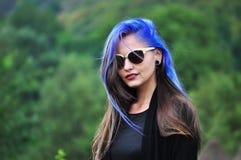Stående av en attraktiv ung kvinna Royaltyfri Fotografi