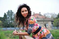 Stående av en attraktiv ung kvinna Royaltyfria Foton