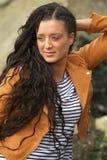 Stående av en attraktiv ung kvinna utomhus royaltyfria bilder