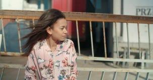 Stående av en bärande bombarjacka för ung afrikansk amerikankvinna utomhus Royaltyfria Foton