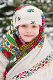 Stående av en barnflicka i en sjalett i den Urs stilen på bakgrunden av snö och skogen royaltyfri fotografi