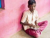 Stående av en barntonåringpojke med ledset uttryck Ensamhetarmodbegrepp arkivbilder