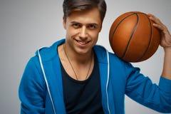 Stående av en basketspelare för ung man arkivbild