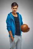 Stående av en basketspelare för ung man arkivfoton