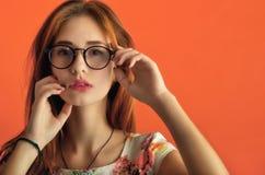 Stående av en beautyful caucasian flicka i exponeringsglas i en elfenbendr Royaltyfria Bilder