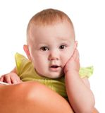 Stående av en behandla som ett barn i armarna av modern Arkivfoto