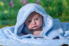 Stående av en behandla som ett barn i en blå handduk Royaltyfria Bilder