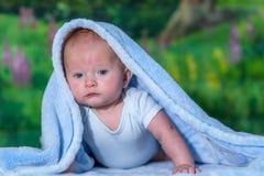 Stående av en behandla som ett barn i en blå handduk Royaltyfria Foton
