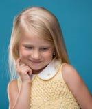Stående av en behandla som ett barn som ler Arkivbilder
