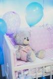 Stående av en björn för leksak för barn` s i skuggor av rosa ballonger Royaltyfri Fotografi