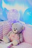 Stående av en björn för leksak för barn` s i skuggor av rosa ballonger Arkivbilder
