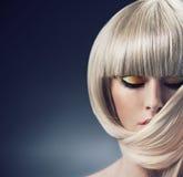 Stående av en blond dam med moderiktig frisyr arkivbilder