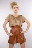 Härlig vuxen sensualitykvinna i brun klänning royaltyfri foto