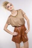 Härlig vuxen sensualitykvinna i brun klänning royaltyfri bild
