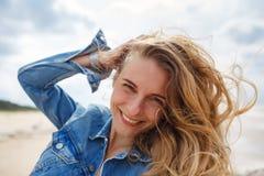 Stående av en blond kvinna på stranden Arkivfoton