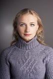 Stående av en blondin i en tröja. studio Royaltyfri Fotografi