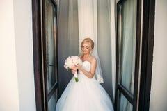 Stående av en brud i en bröllopsklänning Bruden klär i hotellet  Royaltyfri Bild