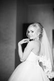Stående av en brud i en bröllopsklänning Bruden klär i hotellet  Arkivbild