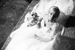 Stående av en brud i en bröllopsklänning Bruden klär i hotellet  Royaltyfri Fotografi