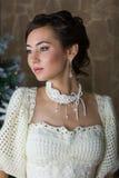 Stående av en brud i en vit klänning Royaltyfri Bild
