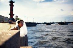 Stående av en brud på den kajNeva floden, St Petersburg Royaltyfri Fotografi