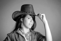 Stående av en brunett i en cowboyhatt royaltyfri fotografi