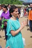Stående av en brunettkvinna som applausing Arkivbild